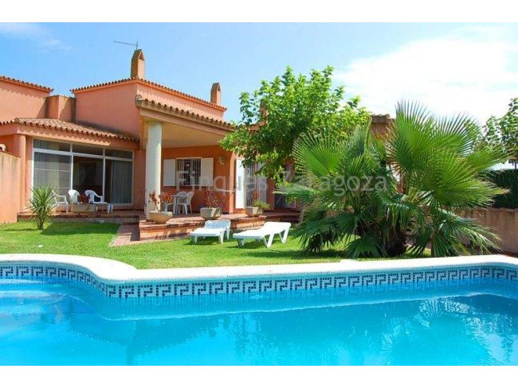 120 m2 Chalet built on a land plot of 350m2. This detached villa comprises a dining room with open kitchen, 4 double rooms, a bathroom and a toilet.The property also boasts a beautiful and completely fenced garden with pool, a garage and a terrace.